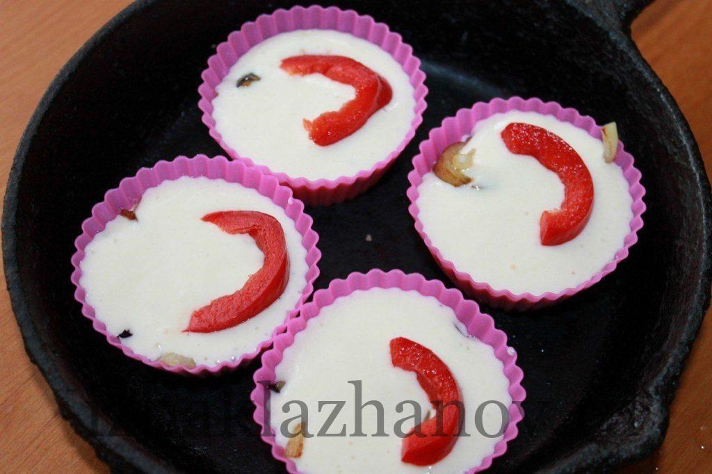 Укладываем кусочки сладкого перца на тесто в формочках