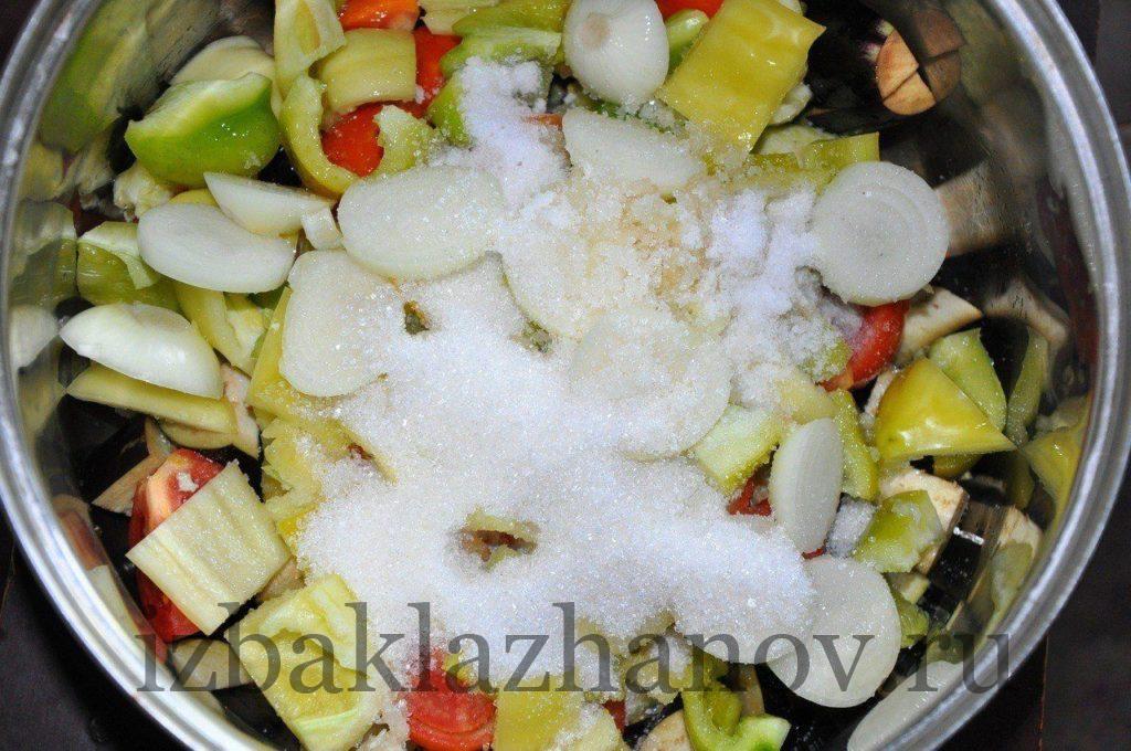 К овощам добавлены соль, сахар, растительное масло и уксус