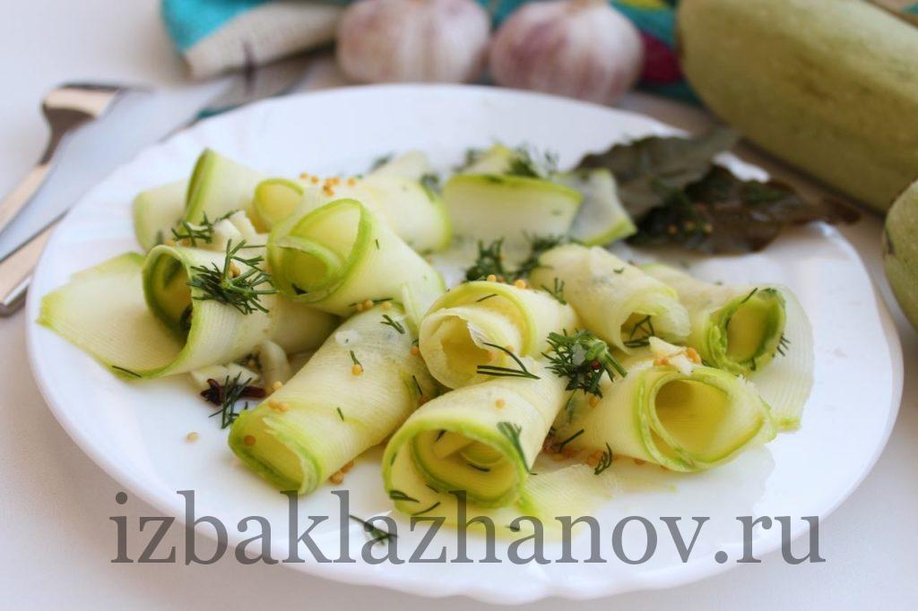 Малосольные кабачки быстрого приготовления на тарелке