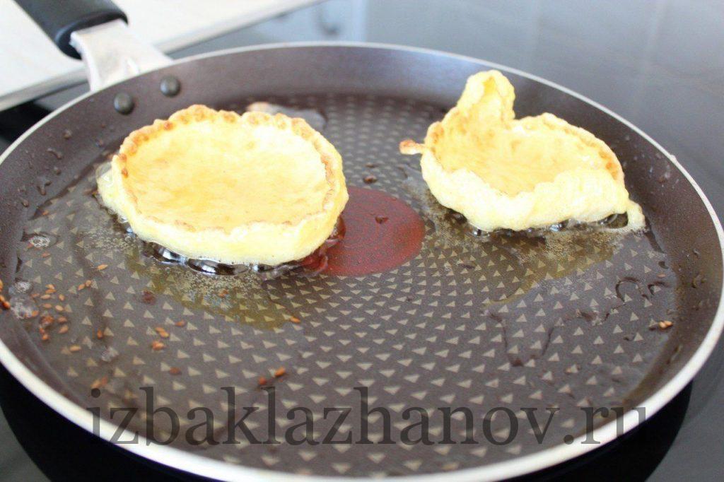Съедобные тарелочки из яичной смеси жарятся