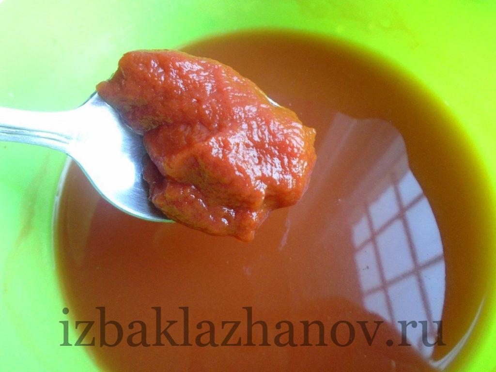 Томатная паста разведена в воде для салата из кабачков