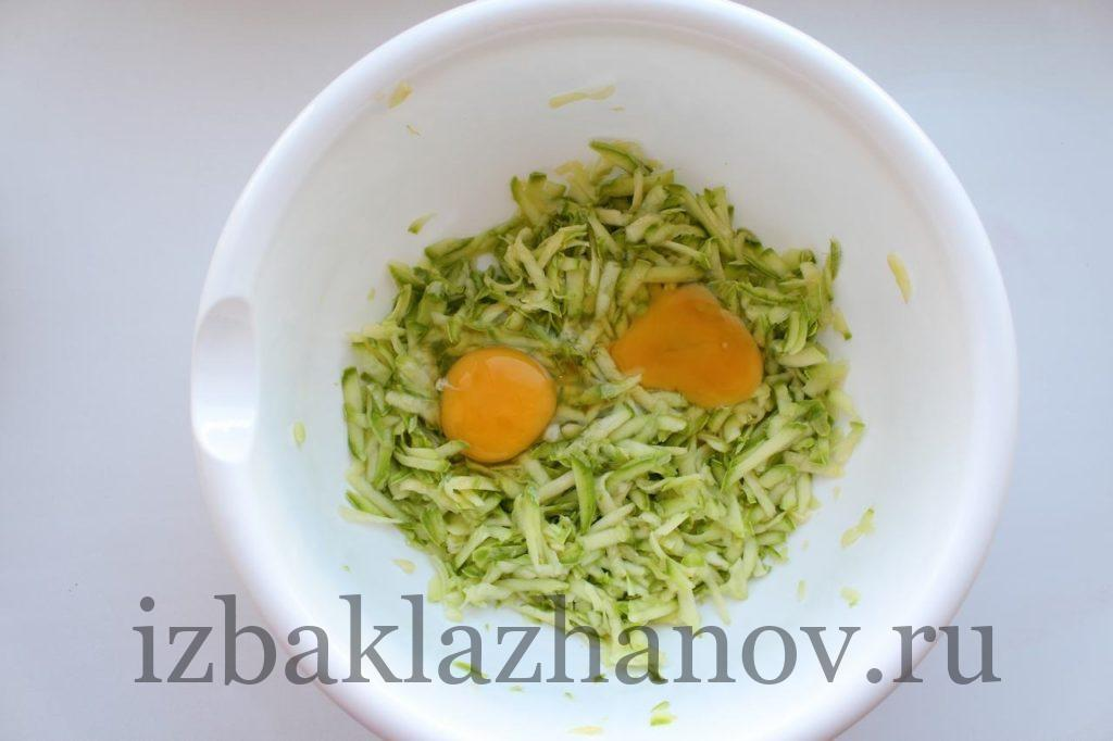 Натертый кабачок и яйца