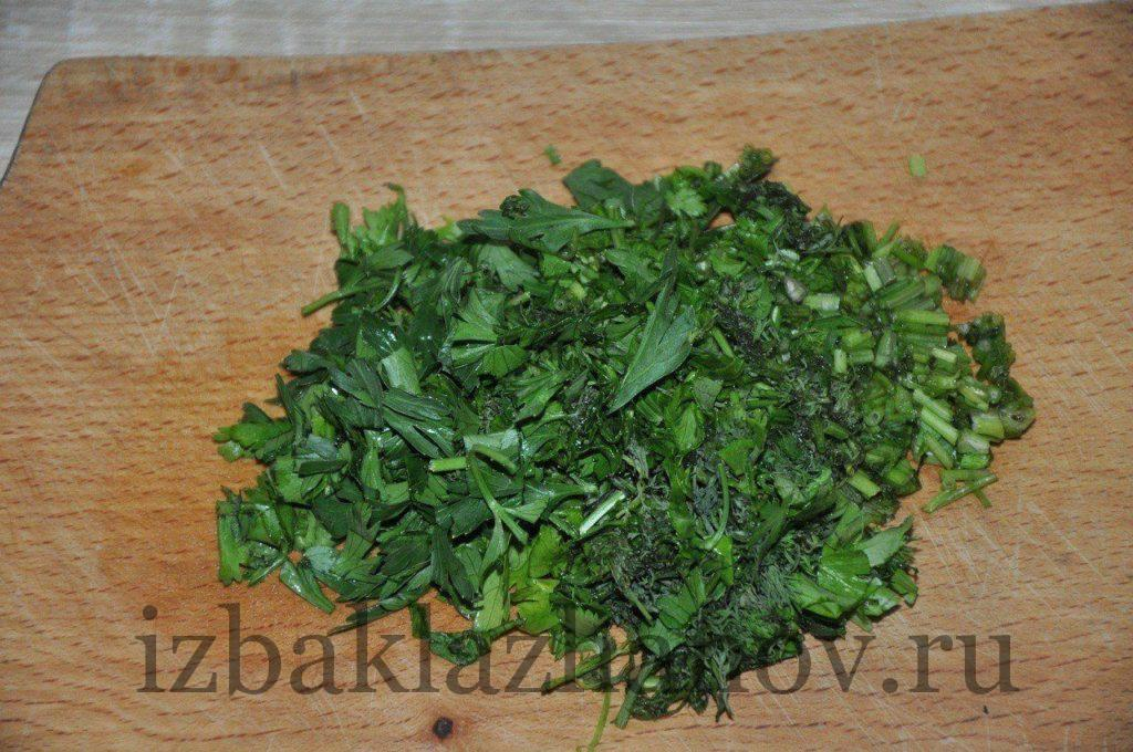 Зелень укропа, петрушки и кинзы мелко нарезана