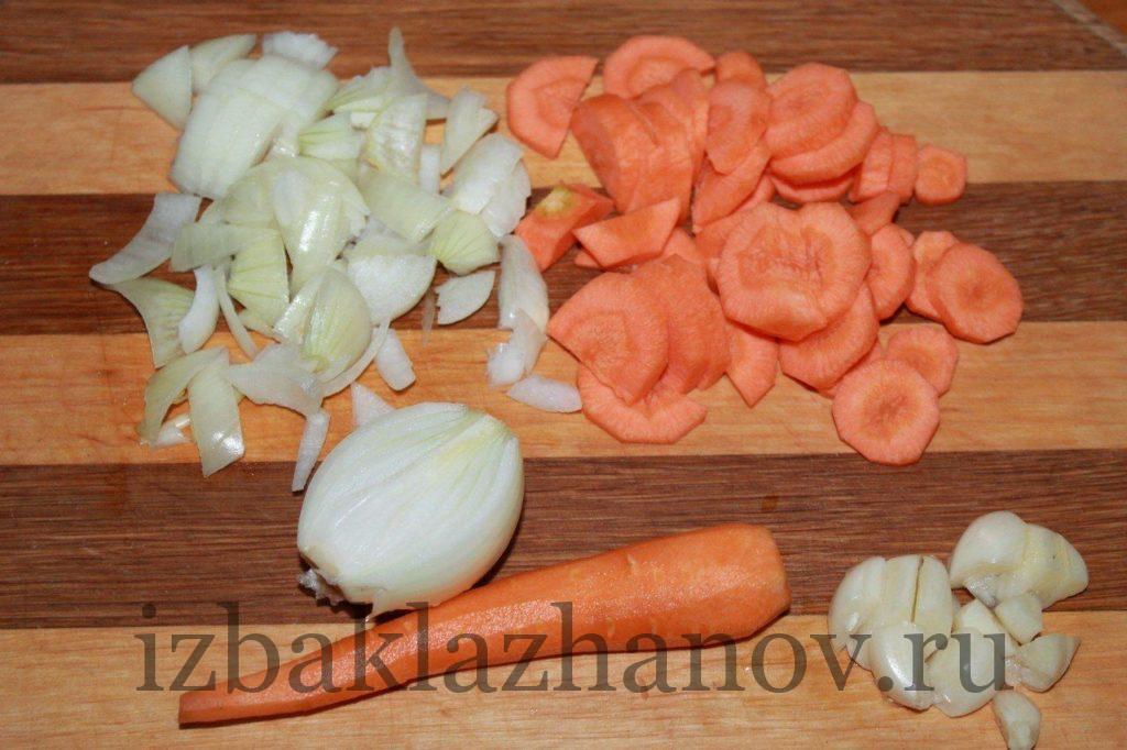 Морковь, лук, чеснок нарезаны для икры из кабачков