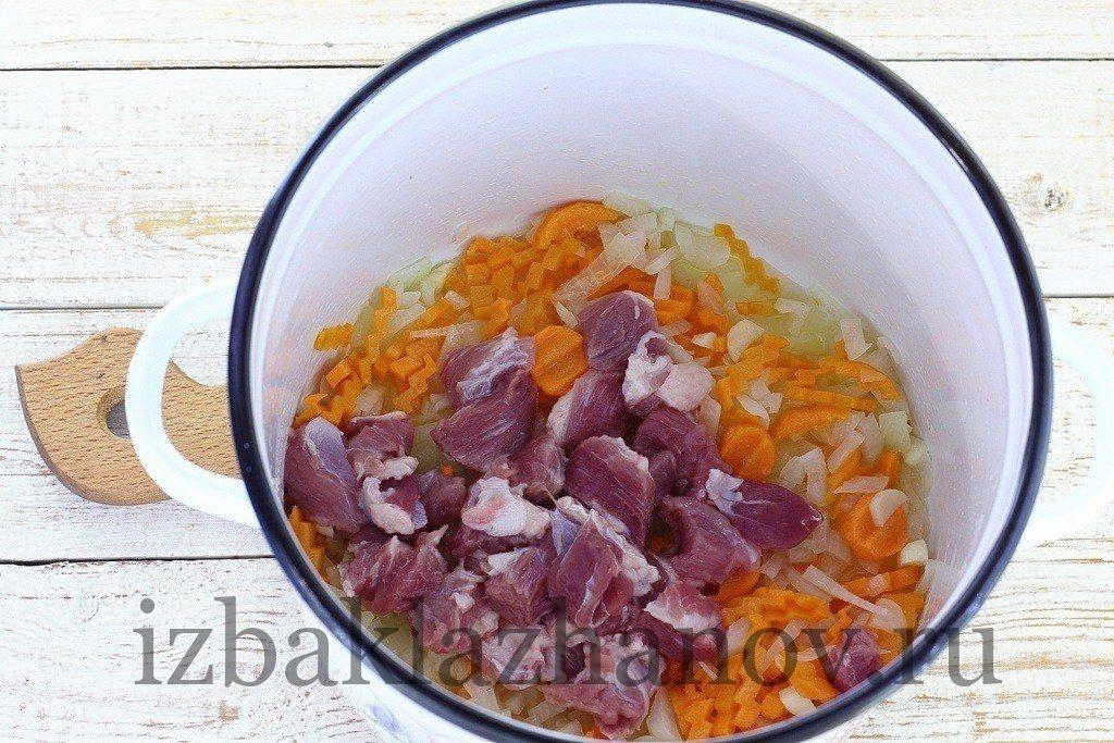Мясо с овощами для супа обжаривается в кастрюле