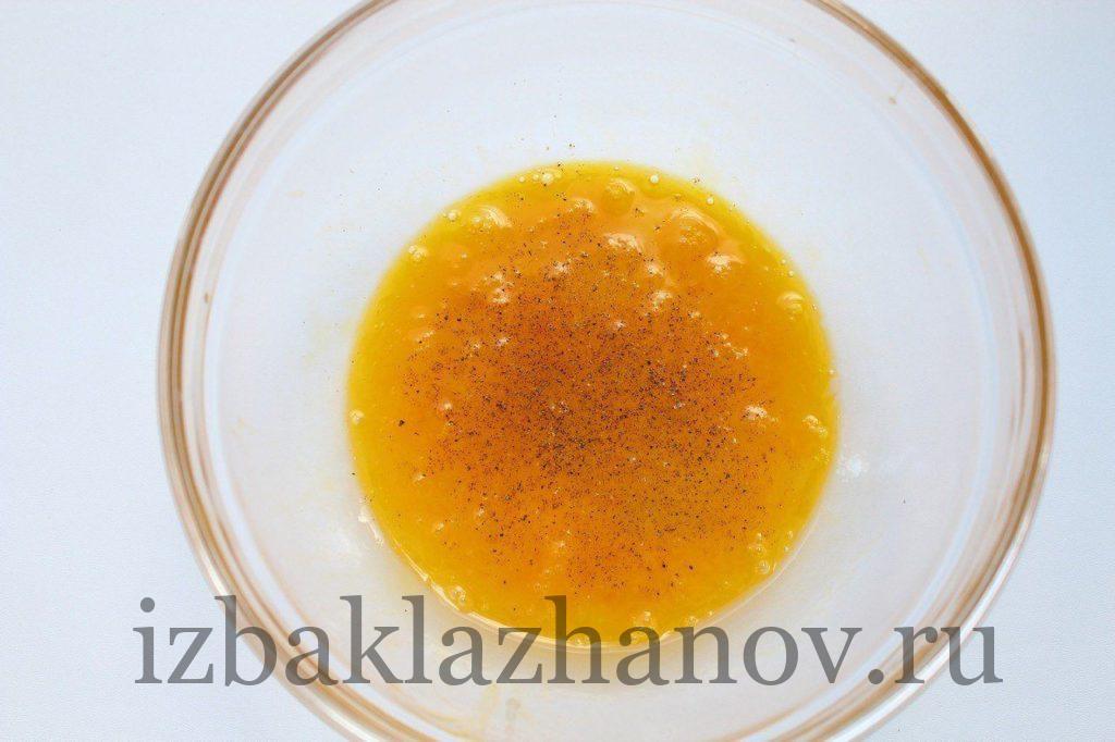 Яйца, соль и черный перец для кабачков