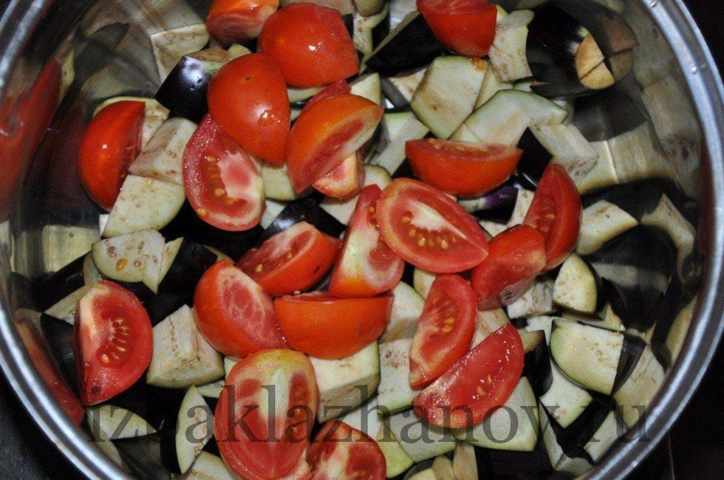Порезанные помидоры добавляем к баклажанам