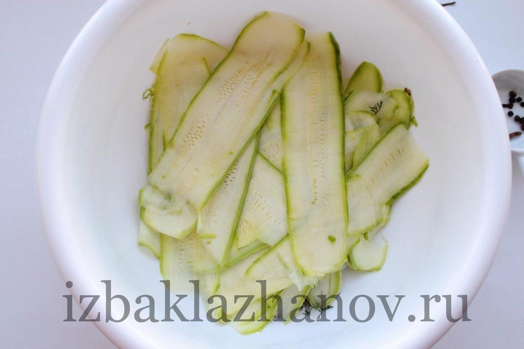 Во вместительную посуду складываем зелень, кабачки и чеснок