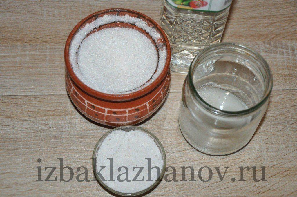 В простерилизованную банку насыпаем сахар и соль