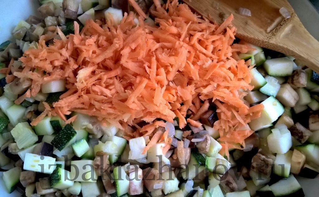 Морковь на сковороде с кабачком и баклажаном