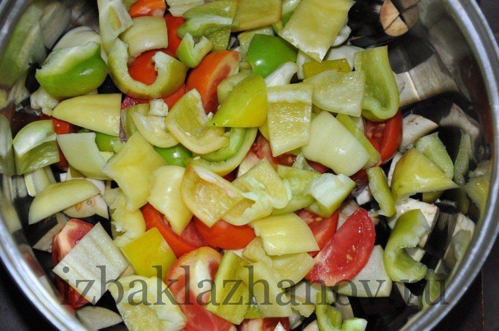 Порезанный сладкий и горький перец добавляем к баклажанам с помидорами