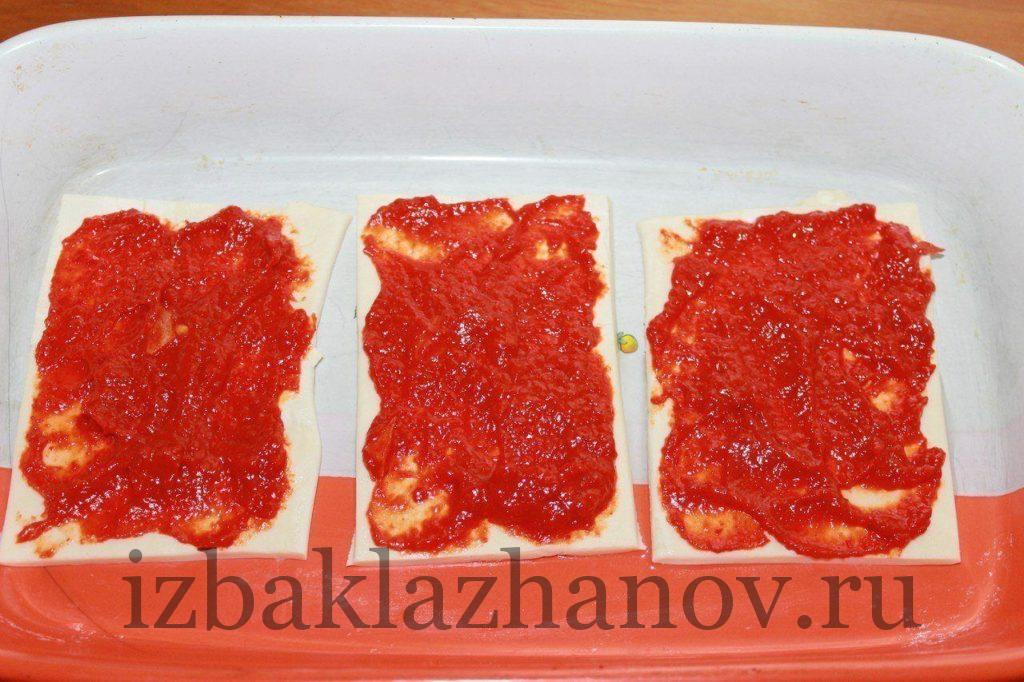 Каждую полоску теста смазываем томатной пастой.