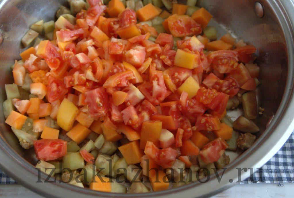 Помидоры добавлены к овощам в сотейник