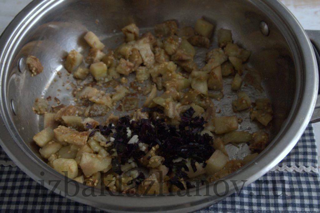 Зубчики чеснока, базилик и баклажаны в сотейнике