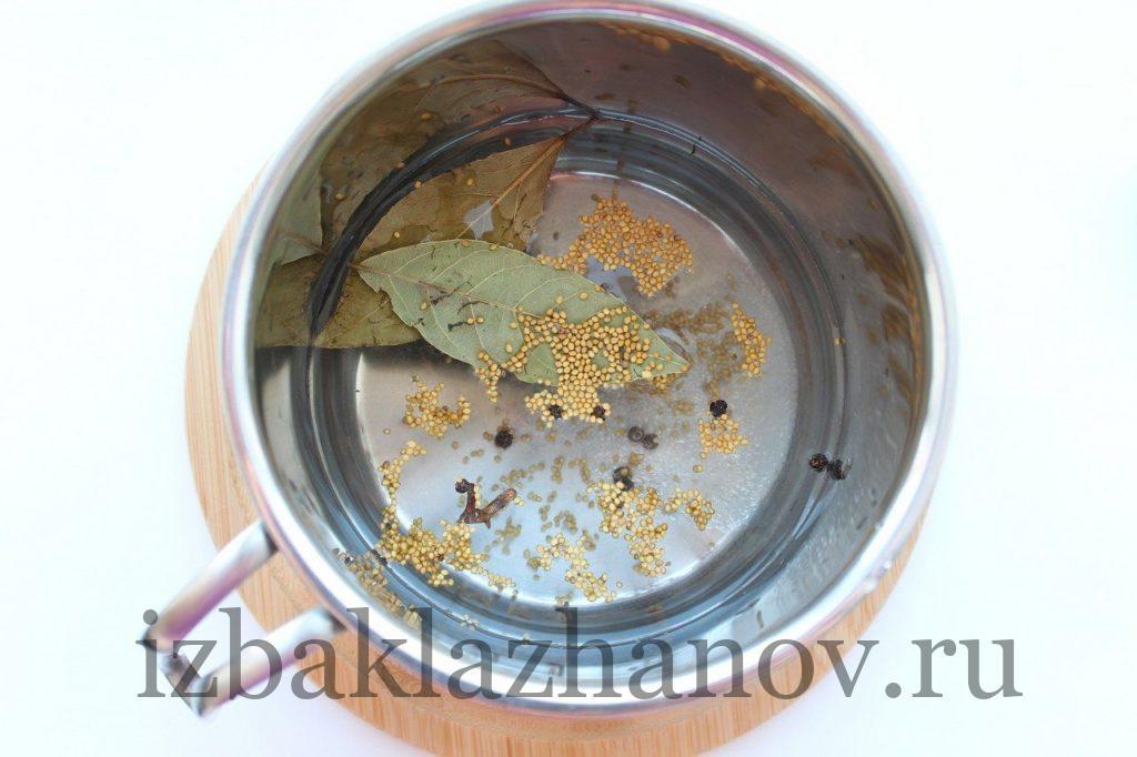Специи в кипящем маринаде для кабачков