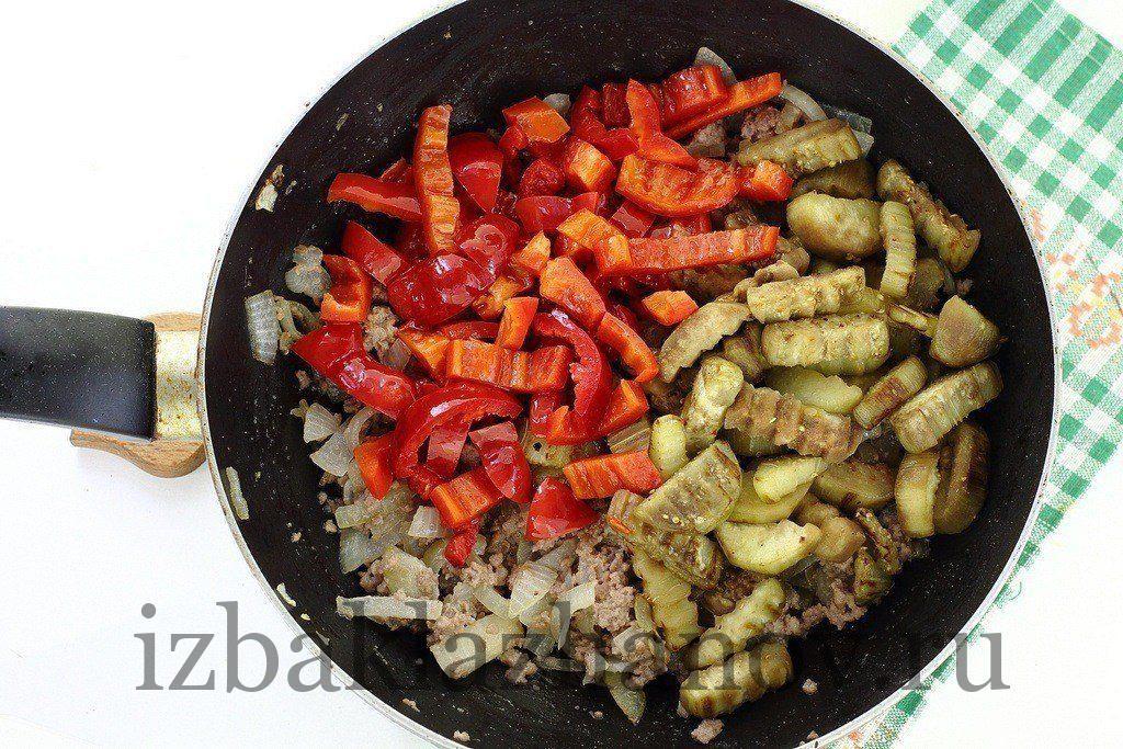 Фарш мясной, баклажаны и перец на сковороде