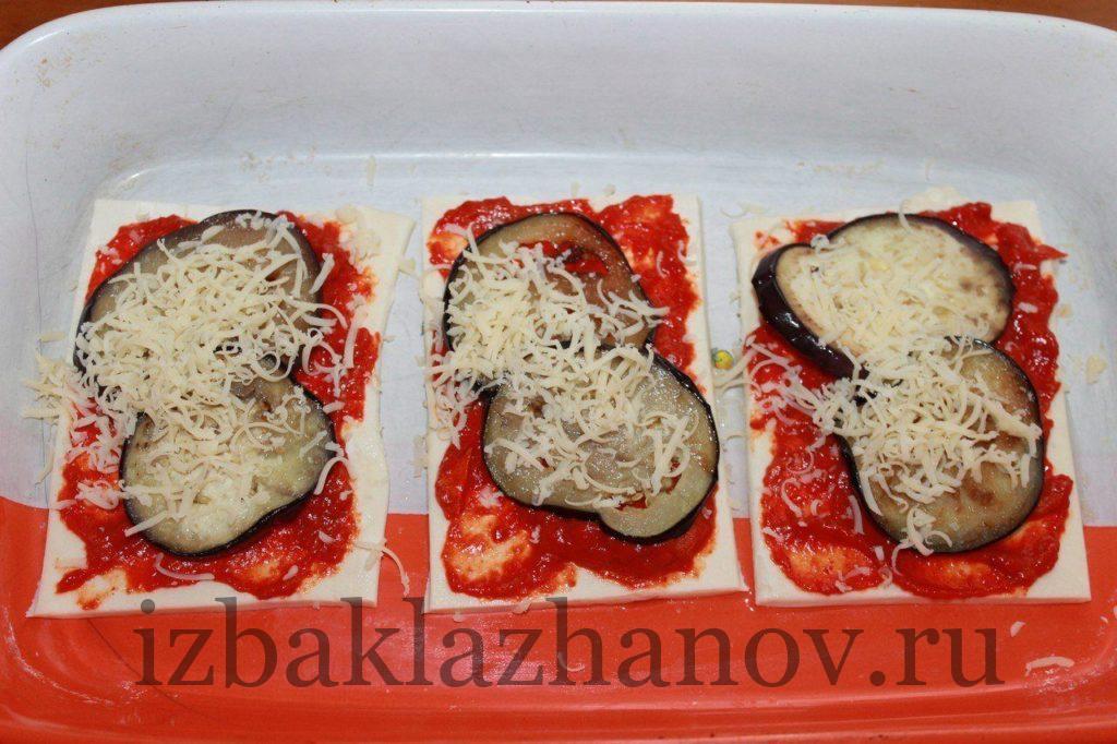 Посыпаем сыром слойки с баклажанами и семечками