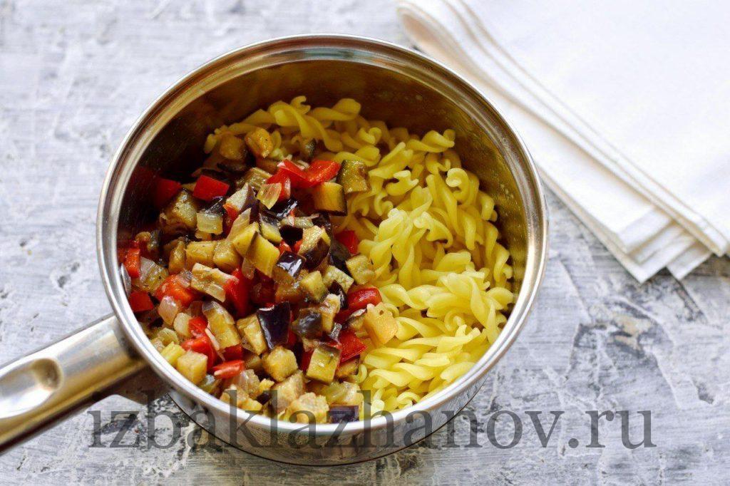 Паста и овощи в кастрюле