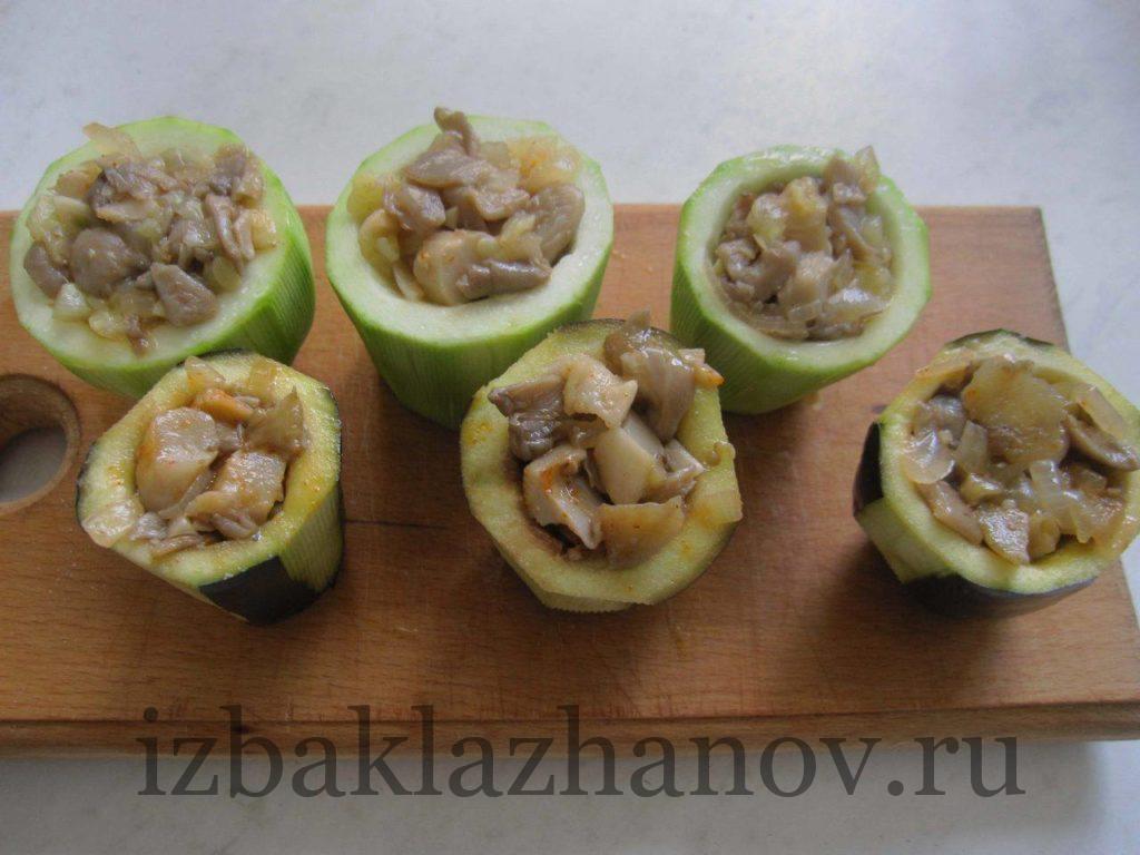 Овощные стаканчики наполнены грибной начинкой