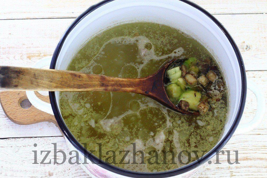 Суп с кабачками и баклажанами варится