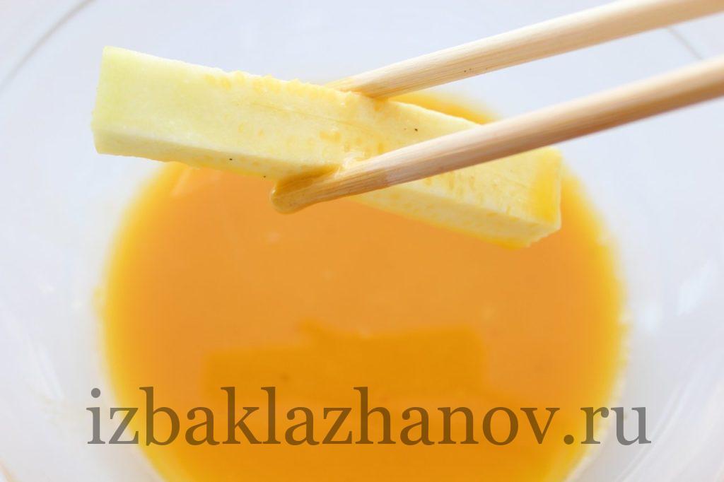 Обмакивание каждой кабачковой палочки в яичной смеси