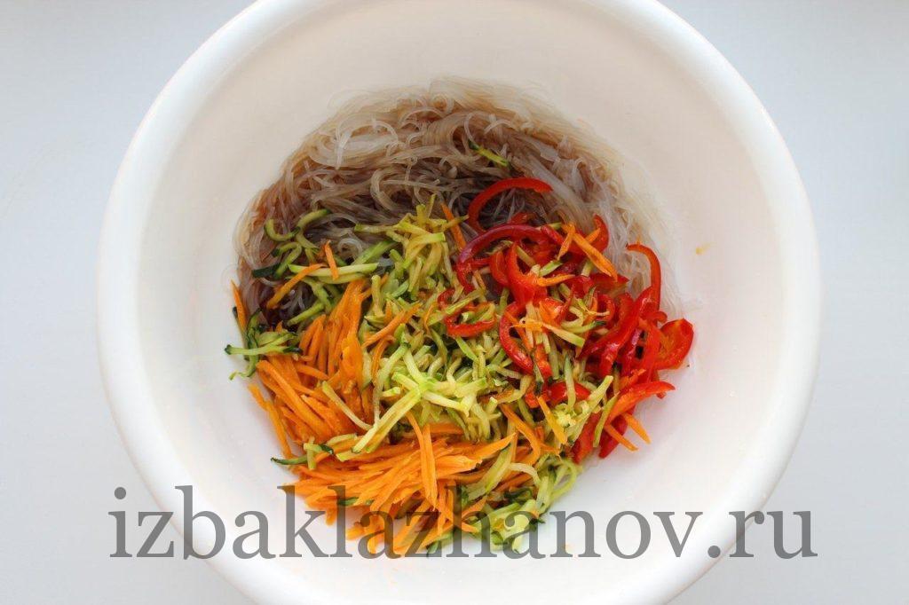 Фунчоза с жареными овощами в чашке