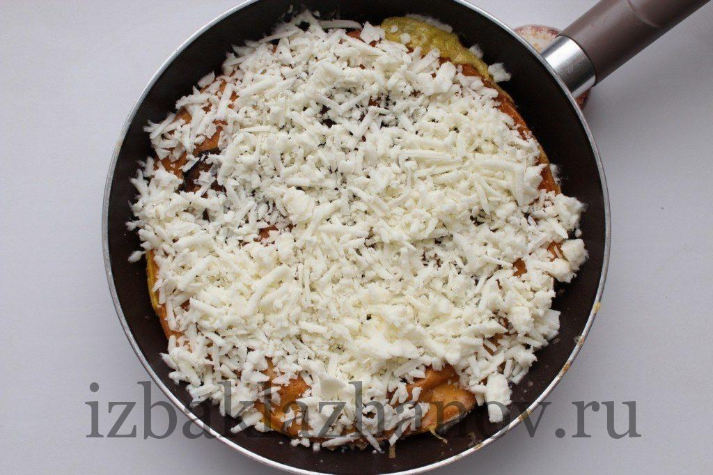 Тортилья с баклажанами посыпана сыром моцареллой