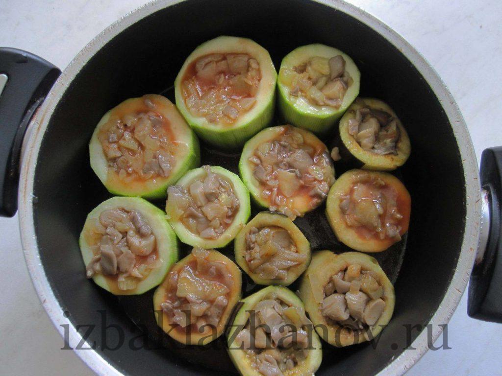 Овощные стаканчики с грибами в кастрюле