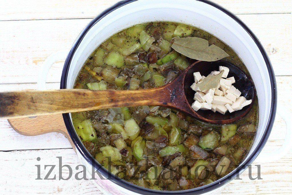 Плавленный сыр добавляем в суп с баклажанами и кабачками