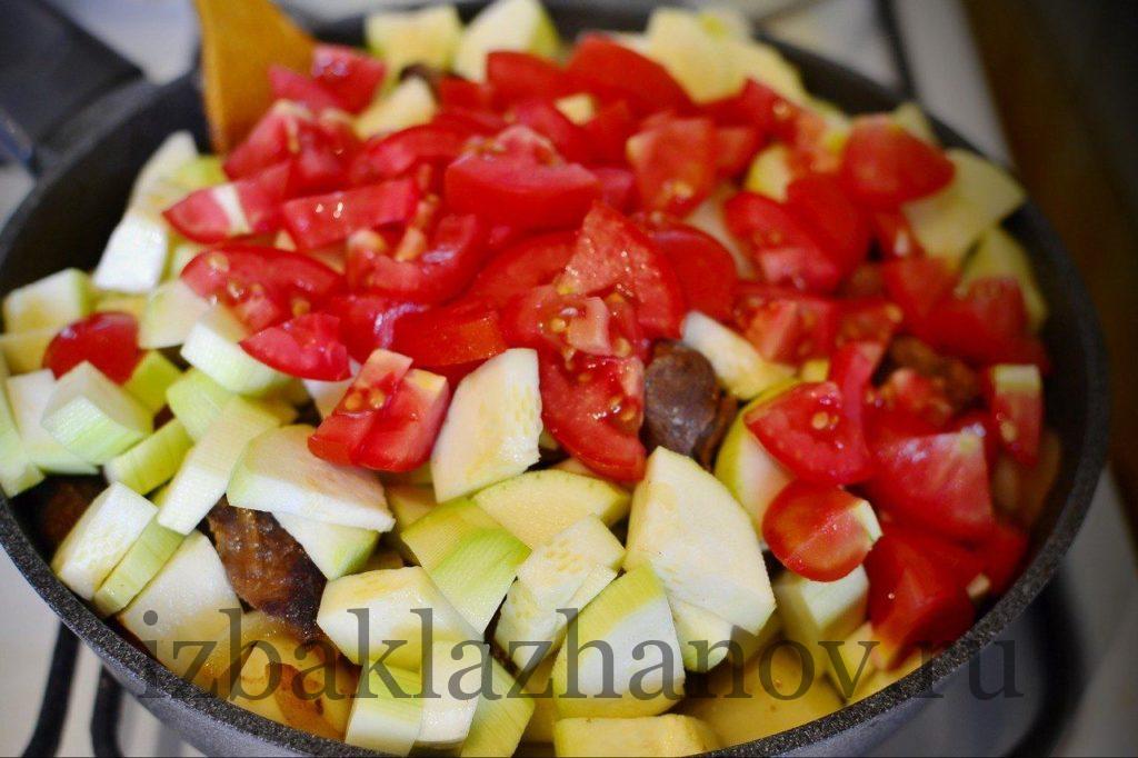 Добавляем мелко нарезанный томат