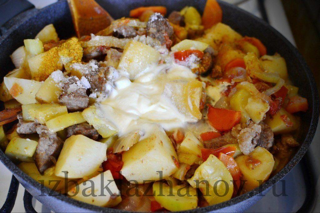Сметана добавлена к овощам на сковороду