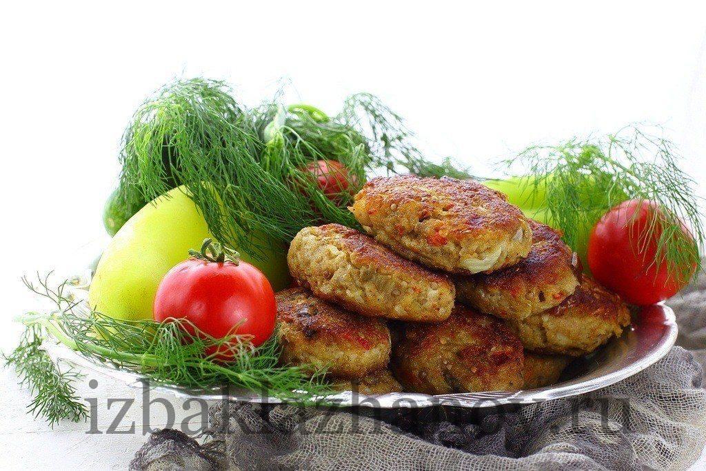 Котлеты из баклажанов и мяса со свежими овощами на тарелке