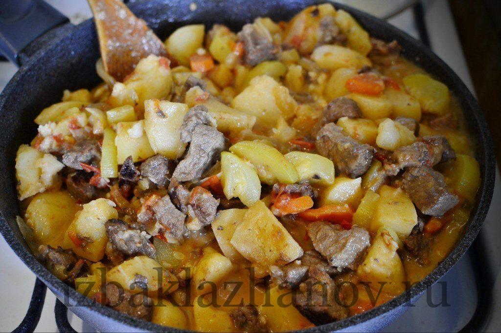 Наливаем сметану в овощи и свинину и добавляем чеснок для аромата