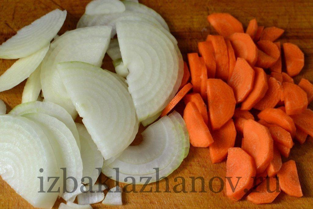 Лук и морковь полукольцами для кабачков со свининой