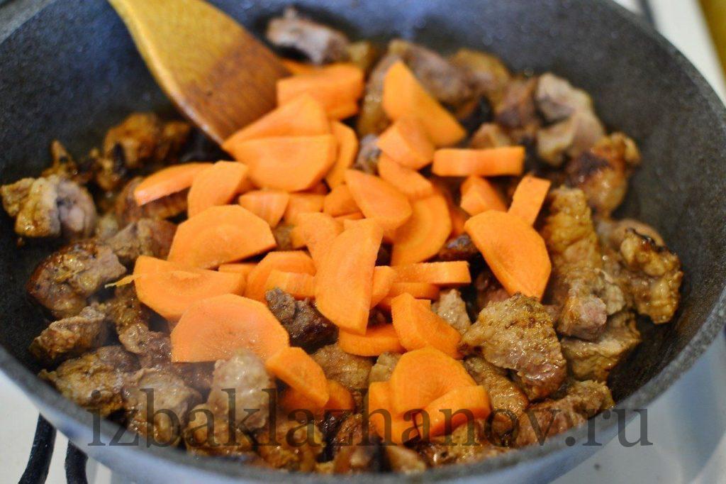 Отправляем к обжаренной свинине морковку.