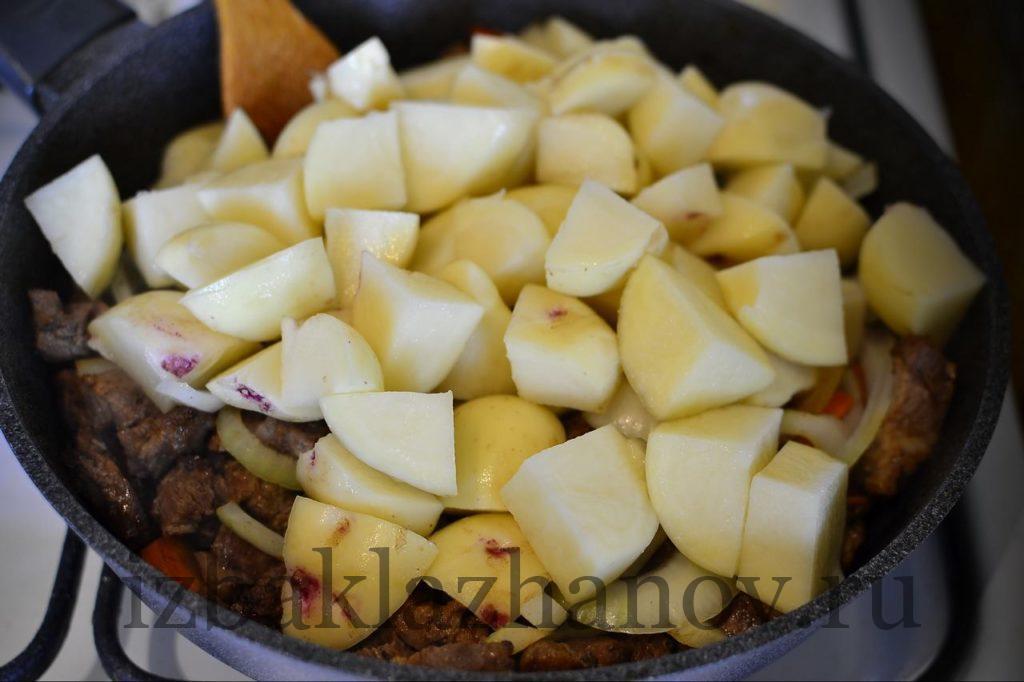 Картошка в сковороде со свининой и овощами