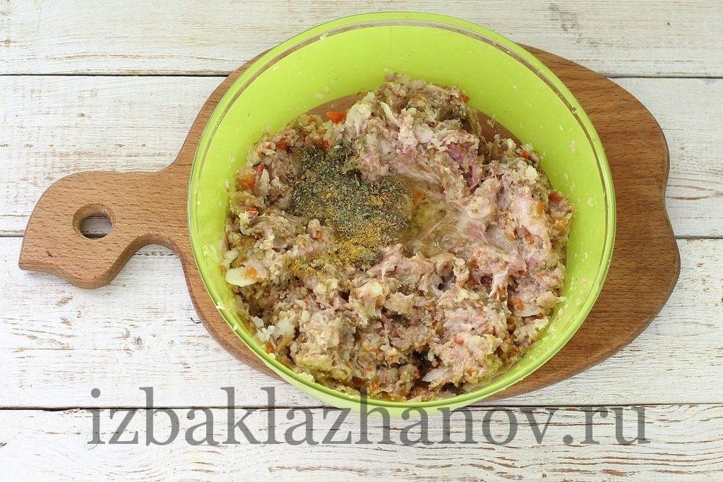 В фарш с баклажанами добавлены белок, соль, черный перец, хмели-сунели, карри.