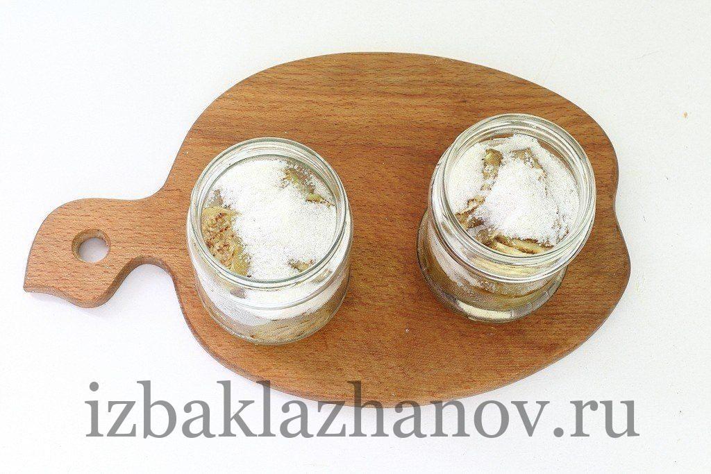 Сахар и соль насыпаны в банки к баклажанам
